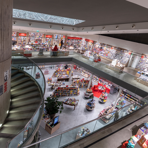 Imoon and its brand, Makris, illuminate the new look of the Feltrinelli bookstore in Piazza Piemonte, Milan